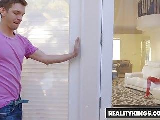 Espiando le dedica una paja cuando lo descubre la comprensiva vecinita