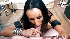 Сильный макияж, зрелая милфа-готика с татуированной проституткой-эскортницей