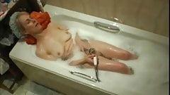 Mom masturbates in bath-spy cam