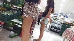 Bunda grande em um shorts soltinho mostrando a polpinha
