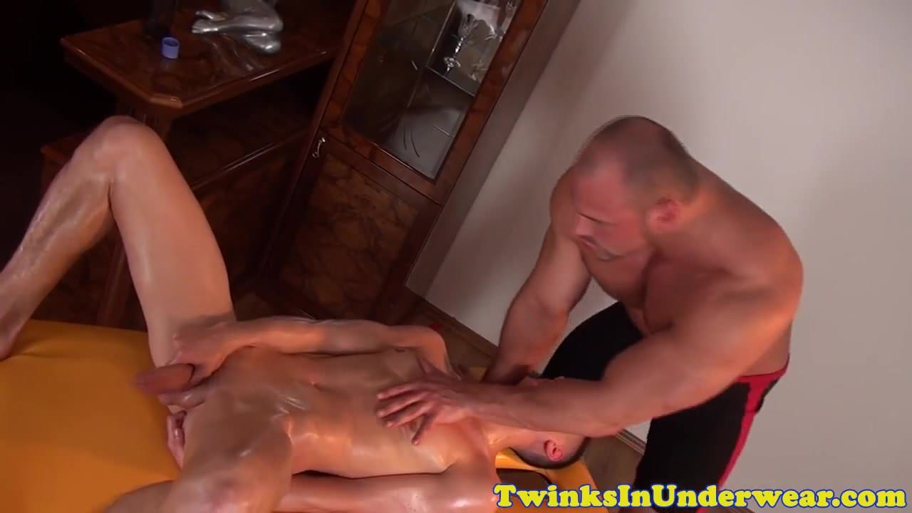 Stud masseur tugs on twinks huge dick 4