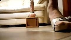 Travestito enorme dildo anale zoccoli scholl e calze