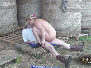 Deutsche Landwirtin wird vom Stallburchen gefickt