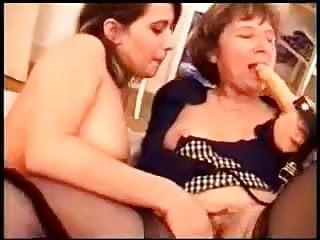Un maman bien mure et sa fille jouent avec un gode