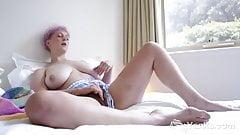 Yanks Beauty Vera Blue Rubs Her Hairy Snatch