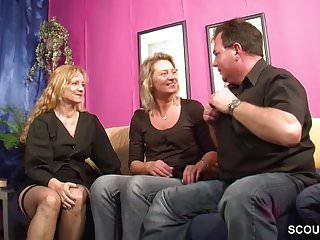 Er bekommt seinen ersten Dreier mit Frau und deren Schwester
