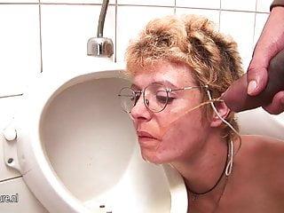 Amateur slut pissing glasses