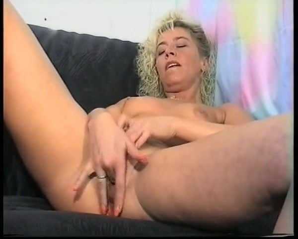 Смотреть ролик зрелая сучка мастурбирует