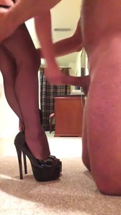 Sperma auf glänzenden Beinen und High Heels