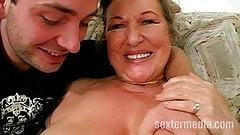 Alte Oma lutscht Jungschwanz