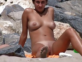 Download video bokep Grimmiges Girl inspiziert ihre Fotze am Strand! Mp4 terbaru