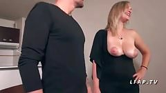 Jolie maman aux gros seins a le cul defonce comme 1 chienne