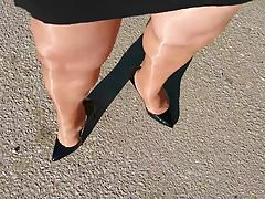 Roadtrip in shiny pantyhose and high heels