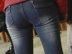 Young mom's ass in jeans