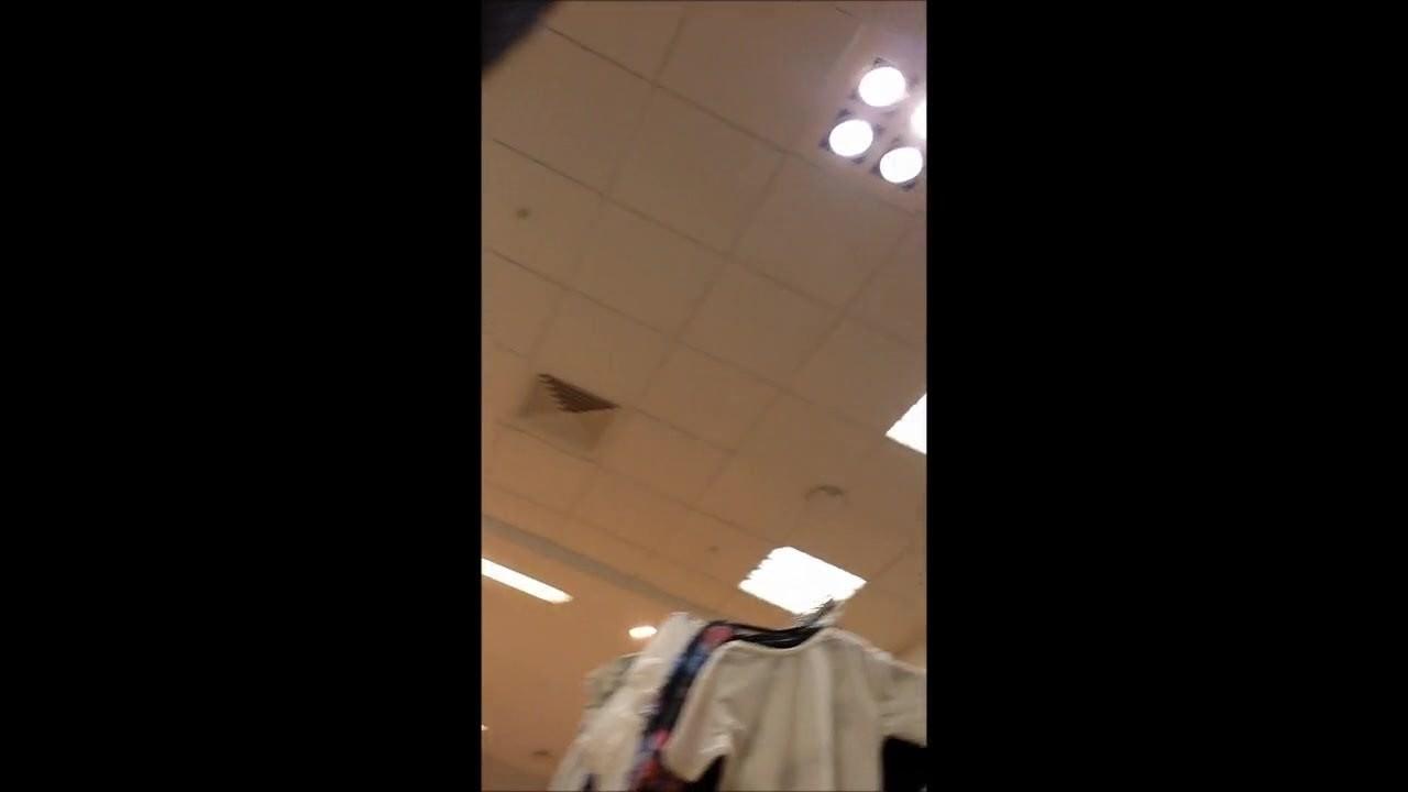 Jolie culotte transparente qui fait son shopping