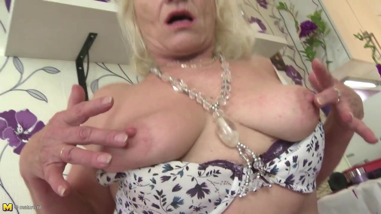 HARRIET: Czech Milf Pissing Fisting Squirting