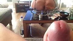 Sie zeigt mir ihr arschloch auf einem durchsichtigen stuhl