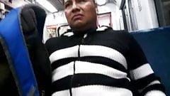 muestra el pene en el metro y deja que lo toquen
