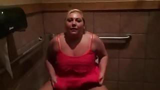 BBW pisses all over toilet floor
