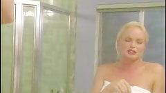 HOCD - 2 magnifiques lesbiennes dans la salle de bain