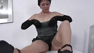 MATURE LADY RUB HER PUSSYLIPS