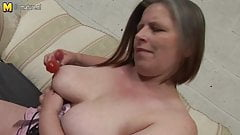 Amateur British mother gets her pussy squirting