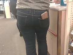 BuBBLe BuTT LaTina in TiGhT Jeans with CeLLy in PockeT