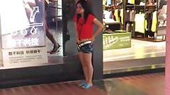 Siririca no shopping em publico