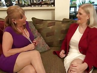 Download video bokep two hot lesbi-moms Mp4 terbaru