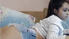 Une petite allumeuse en short jeans devant sa webcam