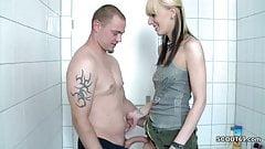 Stiefbruder fickt seine kleine Stiefschwester im Badezimmer