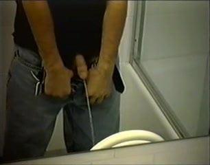 скрытая веб камера в мужском туалете видео располагаются боку