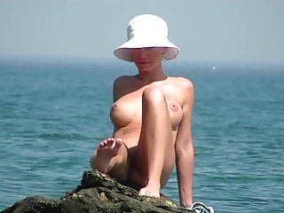 AMATEUR NUDE GIRLS IN BEACH SHOWING PUSSY NIPPLE 44