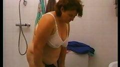 Oma duscht und masturbiert
