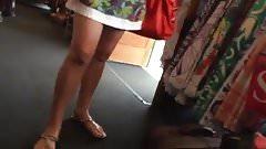 MILF shopping uppie no panties