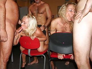 Secretaires au bureau puis en club : partouzes public