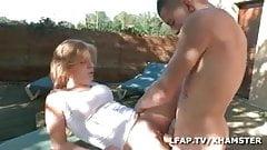 il sodomise la fille de son client sur la table de jardin