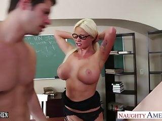 Se le mojó el coño a la maestra en cuanto tocó al asistente
