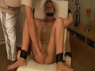 Gefesselt und zum Orgasmus gebracht