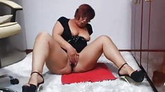 Curvy Mature with buttplug inside her