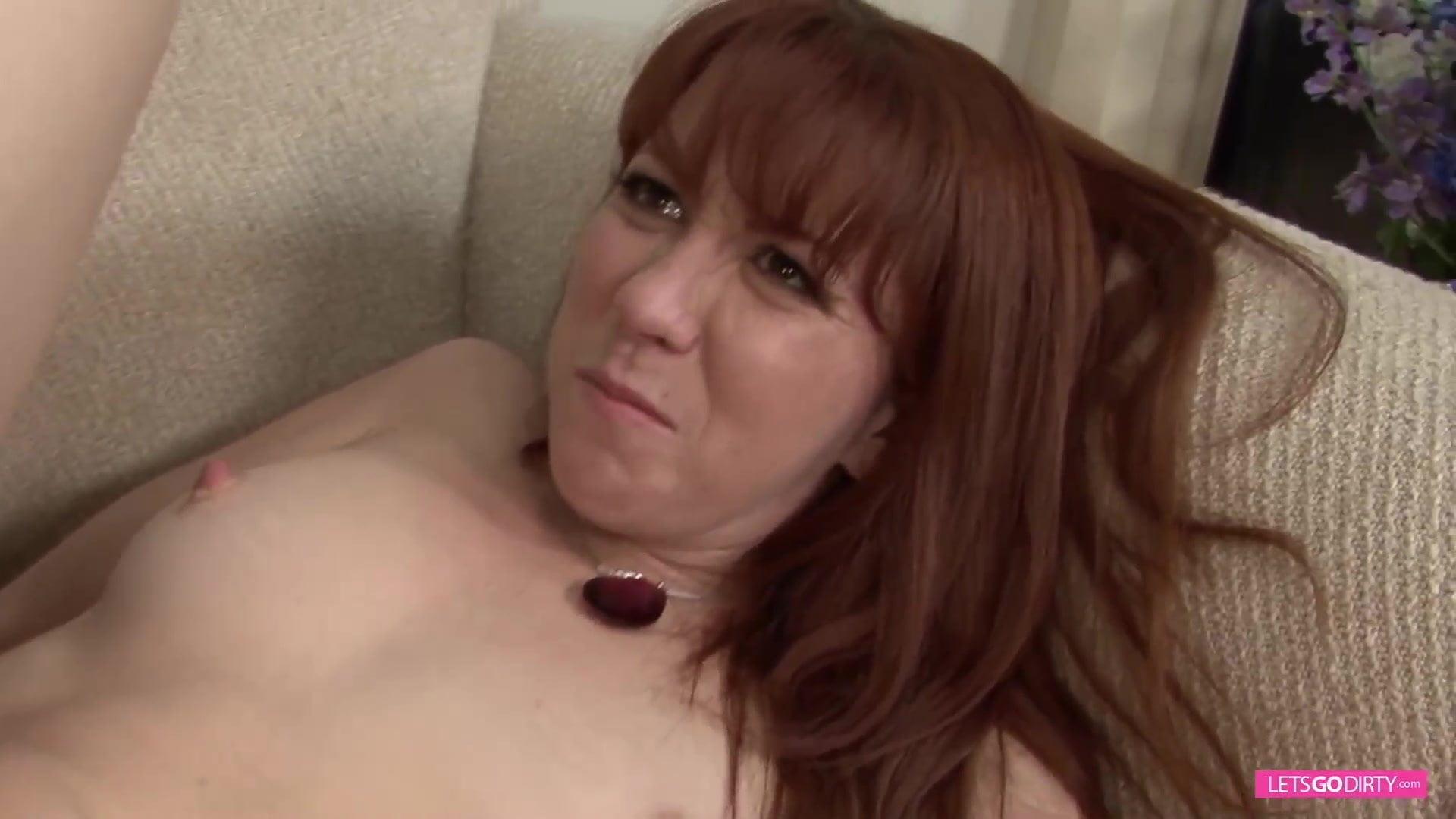 Amateur-Pornomodel Probiert Gewaltigen Schwanz