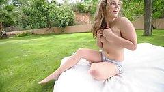 Tennie nackt im Garten