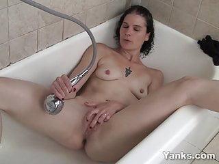 Wet Amateur Sunshine Masturbating In Bath Tube