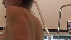 Große Brüste im Pool (Spa)