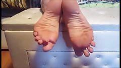 Gitsa moves her sexy (size 36) feet