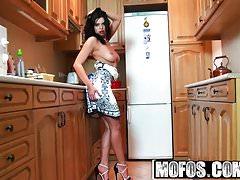 Mofos - Mofos World Wide - Kira Queen - Give Her the Good Di