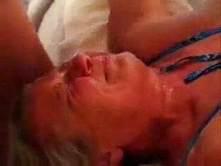 Corridon facial y luego le seca la cara