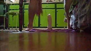 em casa brincando com dildo