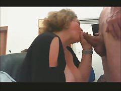 Elle lui suce sa grosse bite