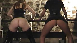 Two hot ass babes peeing together 1